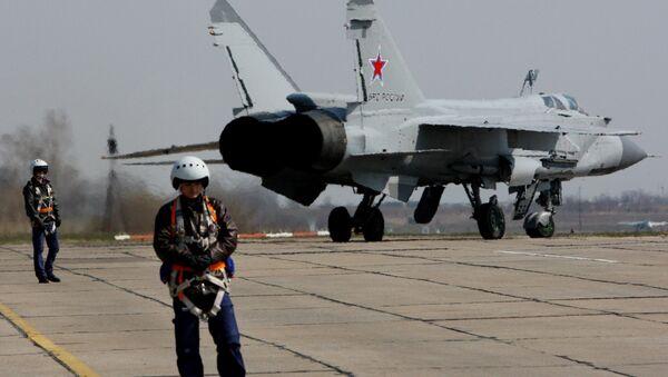 Авион МиГ-31 припрема се за полетање на ваздухопловном такмичењу Источног војног округа Авиадартс-2015 - Sputnik Србија