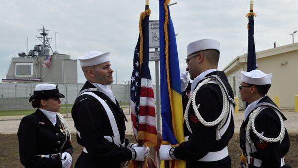 Амерички војници стоје поред румунске и америчке заставе током церемоније постављања противракетног система Егис Ашор у војној бази Девеселу у Румунији - Sputnik Србија