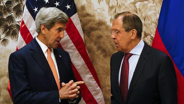 Američki državni sekretar Džon Keri i ruski ministar spoljnih poslova Sergej Lavrov pre sastanka u Beču. - Sputnik Srbija