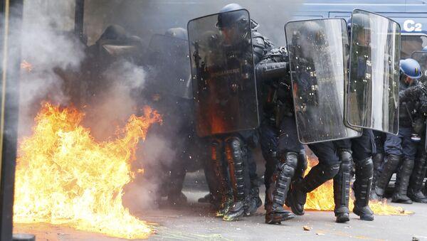 Француска: Демонстранти су се сукобили са полицијом током демонстрација против реформа закона о раду у Паризу  - Sputnik Србија