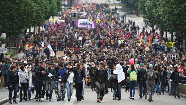 Демонстранти се сукобили са полицијом 17. маја 2016. годинe и у Нанту, током демонстрација против планираних реформи закона о раду. - Sputnik Србија