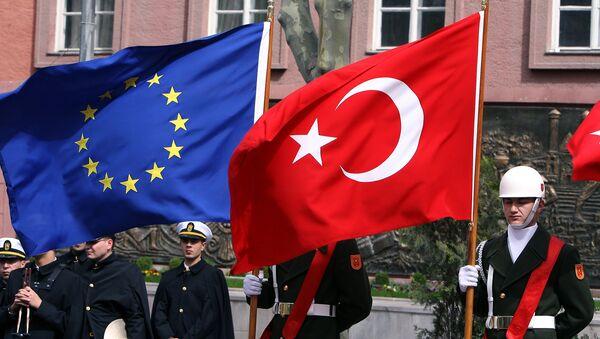 Turski počasna garda drži zastave EU i Turske - Sputnik Srbija