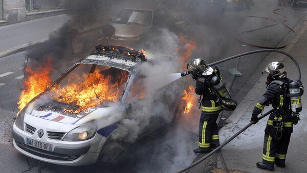 Запаљена полицијска кола на протестима полиције у Паризу, 18 мај 2016. године - Sputnik Србија