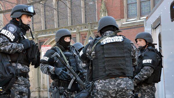 Полиција САД испред универзитета Хавард приликом евакуације факултета 2013 године - архивска фотографија  - Sputnik Србија