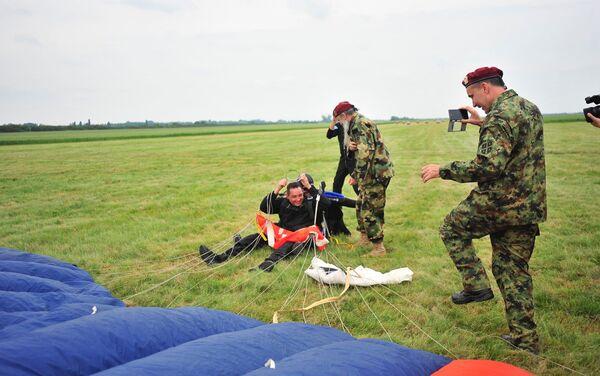 Александар Вулин је први пут скочио падобраном на манифестацији Балкански скок пријатељства - Sputnik Србија