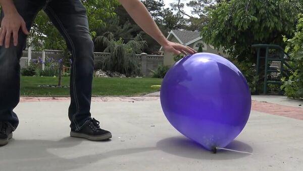 Балон напуњен течним азотом - Sputnik Србија
