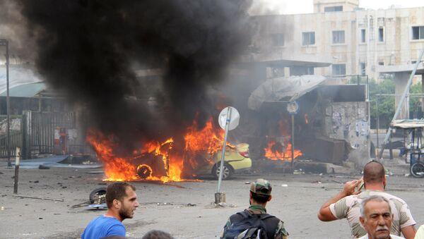 Sirijski vojnik i civili procenjuju štetu nakon eksplozije u sirijskom gradu Tartusu - Sputnik Srbija