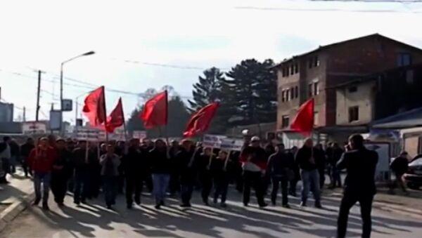 Protesti Albanaca u Dečanima, povodom odluke Vrhovnog suda da stopira odluku o oduzimanju zemljišta manastiru Visoki Dečani. - Sputnik Srbija