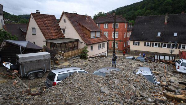 Automobili su pokriveni muljem na ulici u Braunsbahu na jugozapadu Nemačke, nakon što je ovu oblast pogodilo jako nevreme - Sputnik Srbija
