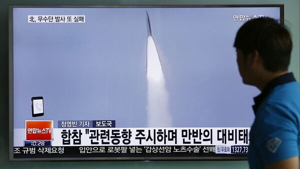 Становник Сеула гледа тв извештај о лансирању ракете у Северној Кореји - Sputnik Србија