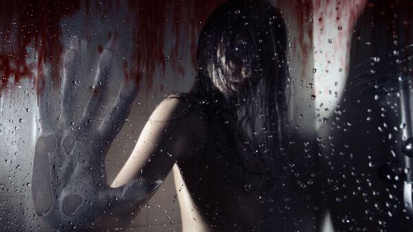 Devojka se pretvara u vukodlaka u tuš-kabini čijim se zidovima sliva krv - Sputnik Srbija