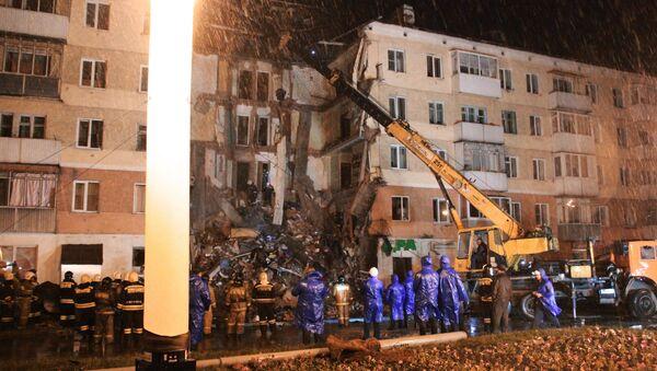 Spasioci rade na čišćenju ruševina i spasavanju povređenih nakon rušenja petospratne zgrade u Meždurečensku - Sputnik Srbija