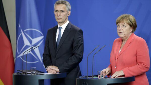 Generalni sekretar NATO-a Jens Stoltenberg i nemačka kancelarka Angela Merkel na zajedničkoj konferenciji za medije u Berlinu - Sputnik Srbija