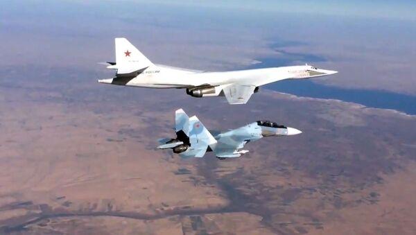 Сопровождение истребителем Су-30СМ бомбардировщика-ракетоносца Ту-160 ВКС России в Сирии - Sputnik Србија