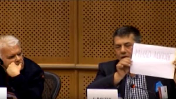 Гојко Раичевић показује транспарент на коме пише Мило лопове у Европском парламенту - Sputnik Србија