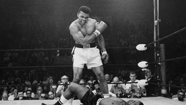 Шампион у тешкој категорији Мухамед Али изнад пораженог противника Сонија Листона 25. маја 1965. године у Луистону у Мејну. - Sputnik Србија
