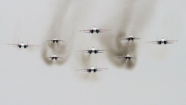 Многоцелевые истребители Су-27 пилотажной группы Русские Витязи и МиГ-29 пилотажной группы Стрижи во время всероссийского этапа международного конкурса Авиадартс-2016 - Sputnik Србија
