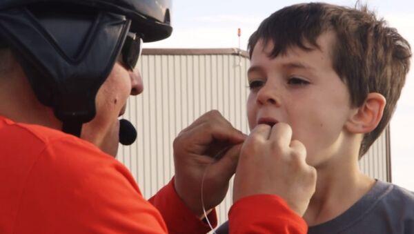 Vozač ste helikoptera, a vašem sinu se klati mlečni zub… Da li biste iskoristili priliku da pokušate ovako nešto? - Sputnik Srbija