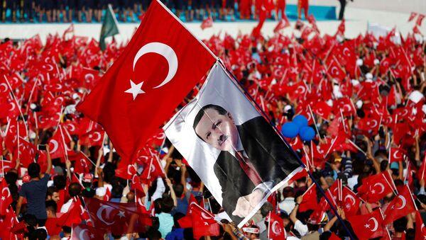 Људи у Истанбулу са заствама Турске и ликом председника Ердогана - Sputnik Србија