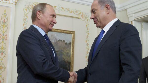 Predsednik Rusije Vladimir Putin rukuje se sa premijerom Izraela Benjaminom Netanjahuom - Sputnik Srbija