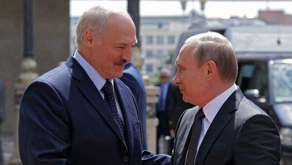 Белоруски председник Александар Лукашенко и руски председник Владимир Путин пре састанка у Минску - Sputnik Србија