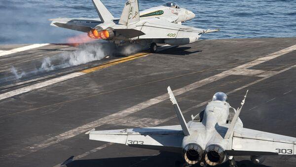 """Авиони Ф/А-18 """"хорнет"""" узлећу са америчког носача авиона """"Хари Труман"""" - Sputnik Србија"""