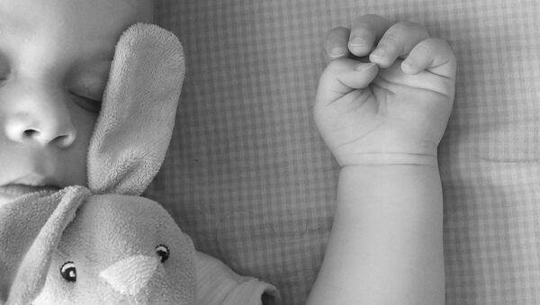 Беба са играчком - Sputnik Србија