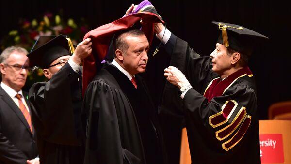 Turski predsednik Redžep Tajip Erdogan u akademskoj odori tokom primanja počasnog doktorata na  Vaseda univerzitetu u Tokiju, 8. oktobra 2015. - Sputnik Srbija