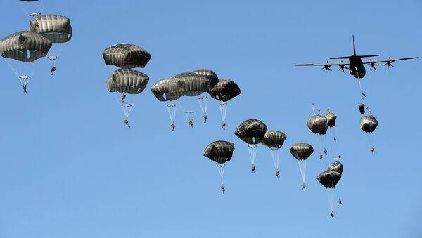 """Američki padobranci tokom NATO vojne vežbe """"Anakonda 16"""" koja se održava u Poljskoj - Sputnik Srbija"""