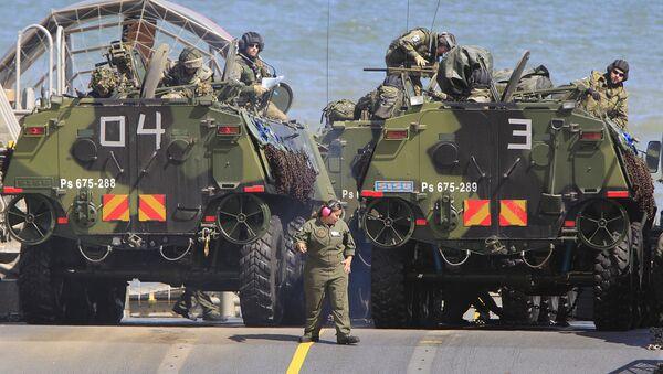 Војници пребацују амфибије на брод у оквиру велике поморске војне вежбе НАТО-а - Sputnik Србија