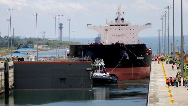 Remorker vuče specijalizovani brod za prevoz rasutog tereta u Panamskom kanalu - Sputnik Srbija
