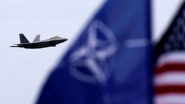 Američki avion  F-22 «Raptor» pored zastava  NATO i SAD - Sputnik Srbija