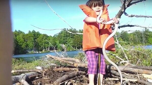 Little Girl Finds a Giant Snake - Sputnik Srbija