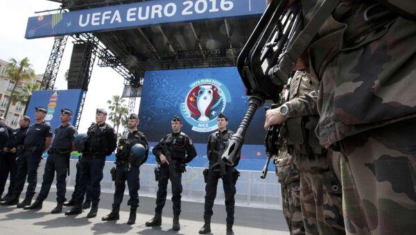 Француска војска и полиција испред стадиона у Ници. - Sputnik Србија
