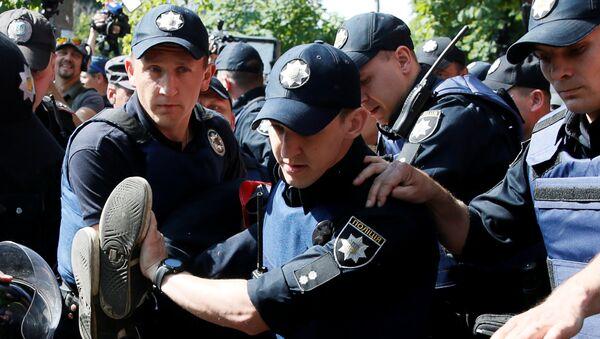 Hapšenje provokatora na gej paradi u Kijevu - Sputnik Srbija