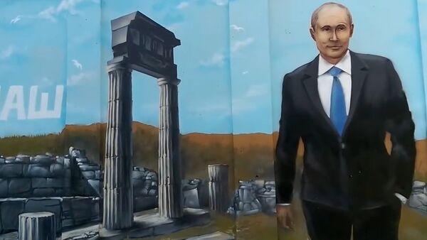 Portret ruskog predsednika Vladimira Putina na zidu u Kerču - Sputnik Srbija
