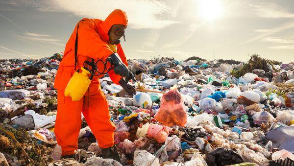 Човек у заштитном оделу у депонији - Sputnik Србија