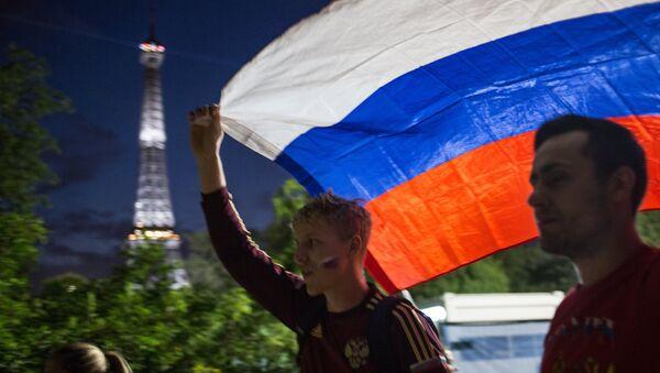 Руска застава и Ајфелова кула у Паризу - Sputnik Србија