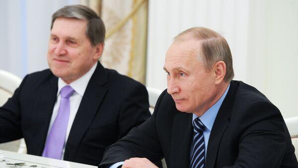 Председник Русије Владимир Путин и његов помоћник Јуриј Ушаков - Sputnik Србија