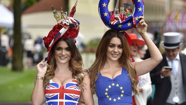 Девојке у заставама Велике Британије и ЕУ пред рефернедум - Sputnik Србија