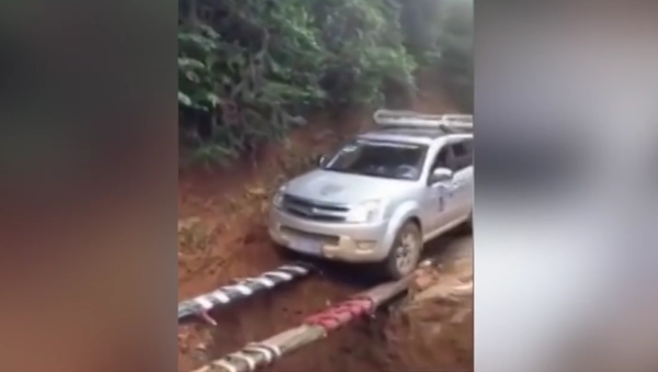 Could this be the best way to cross a ditch? - Sputnik Србија