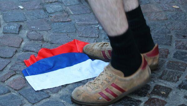 Енглески навијач гази руску заставу - Sputnik Србија