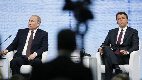 Председник Русије Владимир Путин и италијански премијер Матео Ренци на Међународном економском форуму у Санкт Петрбургу. - Sputnik Србија