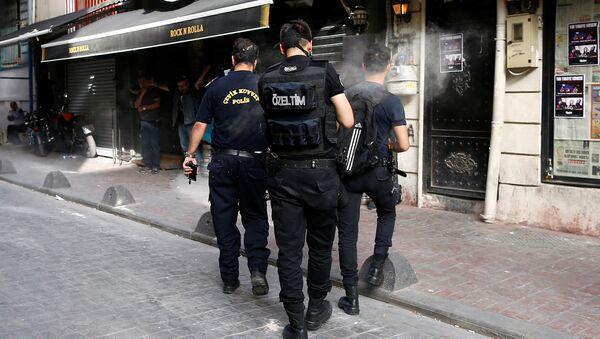 Турска полиција испаљује гумене метке на активисте ЛГБТ популације. - Sputnik Србија