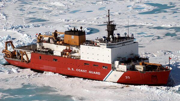 Američki ledolomac Obalske straže Hili WAGB-20 na oko 100 milja severno od Barova na Aljaskoj tokom naučne ekspedicije. - Sputnik Srbija