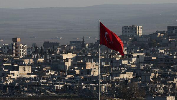 Поглед на разрушени сиријски град Аин ел Араб, такође познат као Кобани, виђен из пограничног града Сурук у Турској. - Sputnik Србија