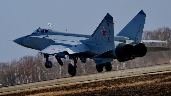 Модернизовани авион пресретач МиГ-31БМ слеће на аеродром у близини Владивостока - Sputnik Србија