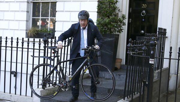Бивши лондонски градоначелник Борис Џонсон на бициклу - Sputnik Србија