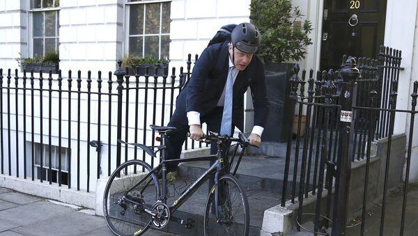 Bivši londonski gradonačelnik Boris Džonson na biciklu - Sputnik Srbija
