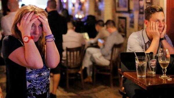 Reakcija ljudi u britanskom baru Čerčil u Njujorku na predviđanja Bi-Bi-Sija da Britanija napušta EU - Sputnik Srbija